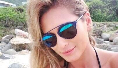 De bumbum pra cima, Lívia Andrade coloca bronzeado em dia com biquíni fio dental