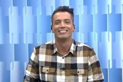 """Léo Dias pinta o cabelo e vira piada no """"Fofocalizando"""": """"Pintinho amarelinho"""""""