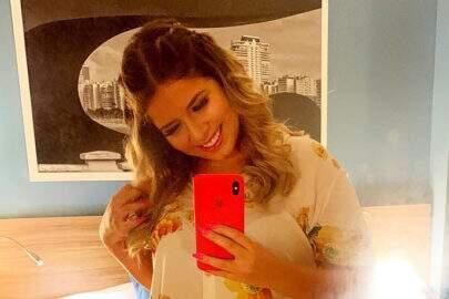 """Marília Mendonça divulga primeira foto após colocar silicone e fãs reagem: """"Cadê o decote, musa?"""""""