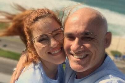 """Após beijar a filha no BBB18, Ayrton dá selinho em Ana Clara: """"Poupe seu comentário imbecil"""""""