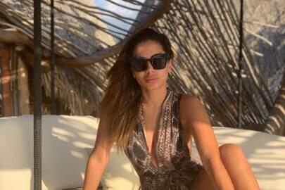 """Anitta levanta biquíni para mostrar marquinha de sol e faz sucesso: """"Deixou mais cavado"""""""