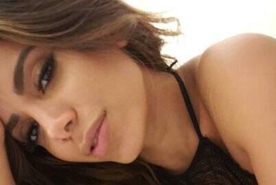 Anitta posa com camisola de renda e exibe corpão