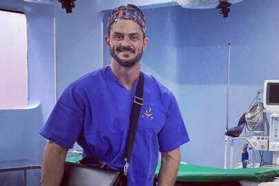 "Ex-BBB Marcos Harter aparece comendo durante cirurgia e é detonado: ""Ridículo"""