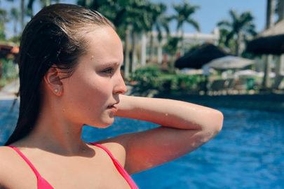 """Detalhe em foto de Larissa Manoela chama a atenção e viraliza: """"Seu olho tá bugado?"""""""