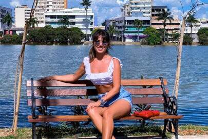 """Paula Fernandes empina bumbum em vestido curto e fãs reagem: """"Que saúde"""""""