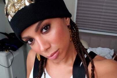 """Anitta aparece de tranças no cabelo e reclama: """"Bonito, mas é dor que eu não consigo explicar"""""""