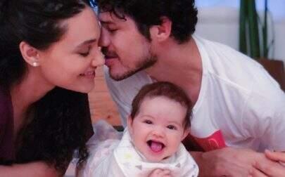 Débora Nascimento e José Loreto posam juntos no aniversário da filha