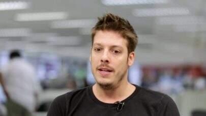 """Na missa de sétimo dia do humorista Paulo Gustavo, o apresentador Fábio Porchat usa máscara com """"Fora Bolsonaro"""""""