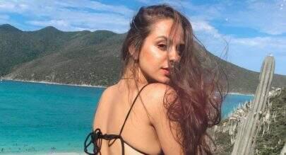 """Filha de Dedé dos """"Trapalhões"""", Yasmin Sant'Anna posa de biquíni fio-dental e impressiona"""