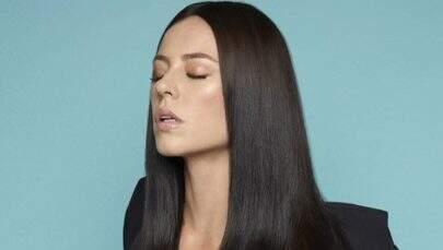 Paolla Oliveira cobre os seios apenas com uma pequena faixa em ensaio sensual