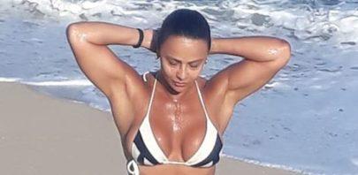 "Viviane Araújo posa de biquíni na praia e exibe abdômen sarado: ""Musa"""