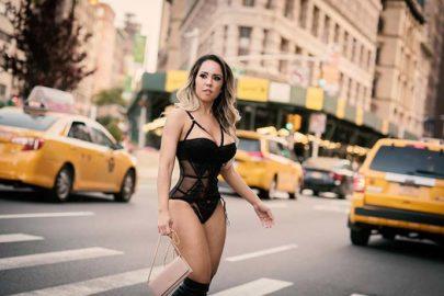 Após ser barrada nos EUA em 2017, Mulher Melão desfila de lingerie por Nova York