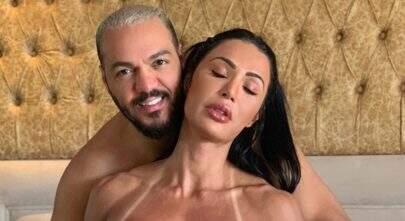 Belo aparece segurando os seios de Gracyanne Barbosa em foto picante