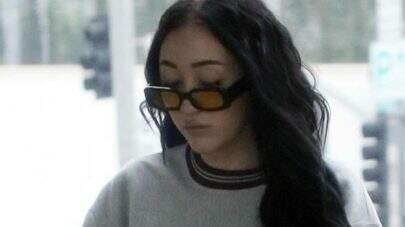 """Irmã caçula de Miley Cyrus posa sem sutiã e dispara: """"Você pode assistir"""""""