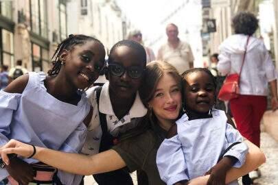 """Namorada de Nego do Borel posta foto com crianças angolanas e é detonada: """"Não são atração"""""""