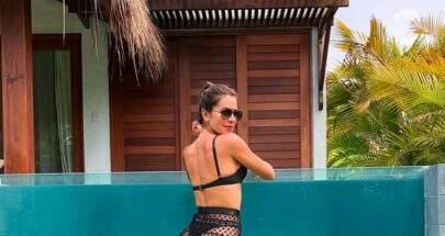 """Ex-BBB, Adriana Sant'Anna empina bumbum de biquíni: """"Quando a mamãe tenta sensualizar"""""""