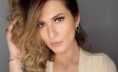 """Sem sutiã, Lívia Andrada posa com decote no limite e fã dispara: """"Mulher maravilhosa"""""""