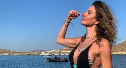 """Luciana Gimenez impressiona ao posar de biquíni com transparências estratégicas: """"Ê farolzão aceso"""""""
