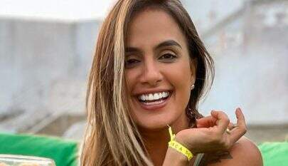 """Ex-BBB Carol Peixinho posa de biquíni sexy e ostenta corpão em praia: """"Que mulherão"""""""