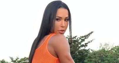 """Gracyanne Barbosa empina bumbum e puxa saia para mostrar """"marquinhas indiscretas"""""""