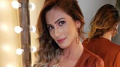 """Sem sutiã, Lívia Andrade posa decotadíssima e dispara: """"Atrevida sim, santa não"""""""