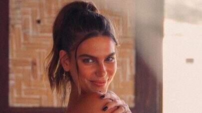 Mariana Goldfarb dispensa roupas em foto e fã repara em detalhe inusitado