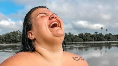 """Quase nua, Thais Carla faz topless no mangue e dispara: """"Lugar para ficar livre"""""""