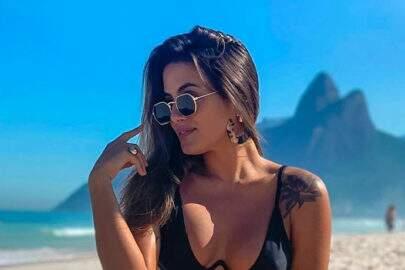Ex-BBB Carol Peixinho posa completamente nua e cobre partes íntimas de forma inusitada
