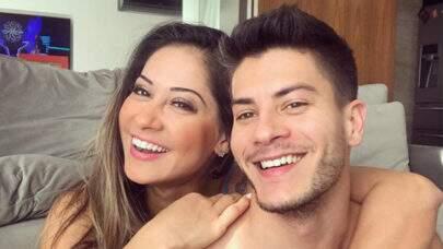 """Sem roupa, Mayra Cardi divulga foto no banheiro com Arthur e fãs comentam: """"Peito está torto"""""""