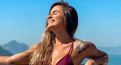 Ex-BBB Carol Peixinho exibe boa forma em biquíni minúsculo e revela tatuagens