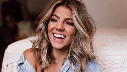 """Ex-BBB Hariany Almeida abre camisa e deixa sutiã sexy à mostra: """"Coração não aguenta"""""""