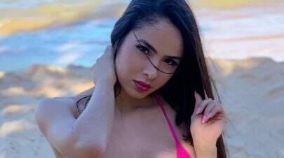 Juliana Caetano, do Bonde do Forró, posa com biquíni minúsculo e impressiona