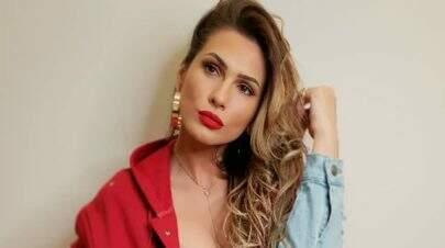 """Lívia Andrade faz pose ousada como """"Chapeuzinho Vermelho"""" e impressiona fãs"""