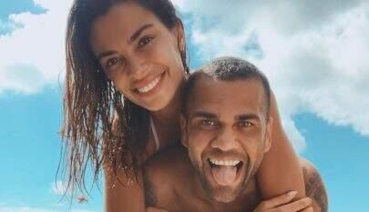 Mulher de Daniel Alves exibe curvas e ostenta corpo invejável