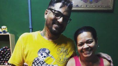 Mulher com pênis tatuado no braço decide cobrir desenho após não conseguir emprego