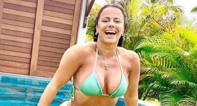 Viviane Araújo exibe corpão de biquíni em piscina