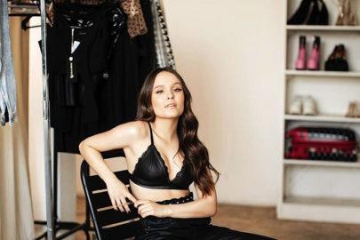 "Larissa Manoela posa em estúdio e fãs brincam: ""Mini Sandy"""