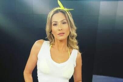 """De look neon, Lívia Andrade da empinada e impressiona: """"Pode isso seu Silvio?"""""""