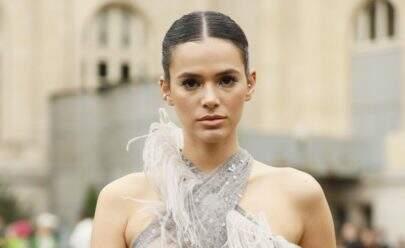 Bruna Marquezine surge com blusa transparente e bota diferenciada em Paris
