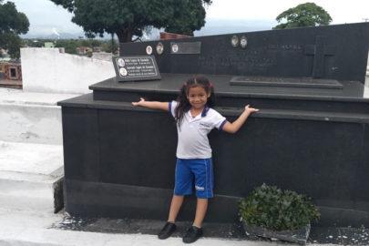 Criança apaixonada por cemitério viraliza na internet