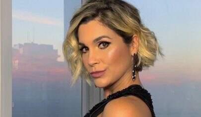 Após Paolla Oliveira, Flávia Alessandra também posa sem roupa ao lado de maquiador