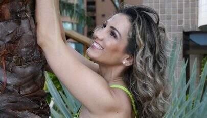 """De biquíni, irmã de Carla Perez ostenta corpão e revela tatuagem estratégica: """"Espetacular"""""""
