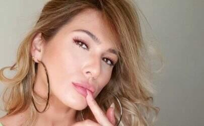 """Lívia Andrade exercita glúteos ao vivo e impressiona: """"Vem ni mim, bumbum na nuca!"""""""