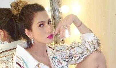 """Lívia Andrade deixa curvas à mostra ao posar só de camisão: """"A perfeição existe sim"""""""