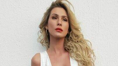 """Lívia Andrade posa com vestido curtinho e deixa decote explosivo em evidência: """"Surra de beleza"""""""