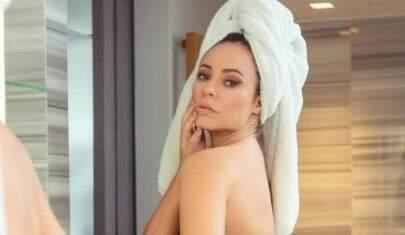 """Paolla Oliveira surge de lingerie no banheiro e exibe tatuagem estratégica: """"Perfeição"""""""