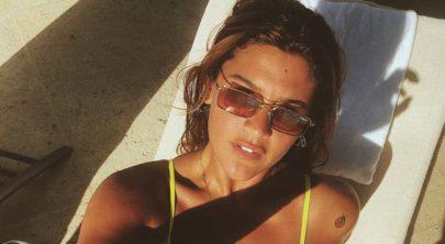 """Giulia Costa exibe bronzeado de biquíni fio-dental: """"Musa do verão"""""""