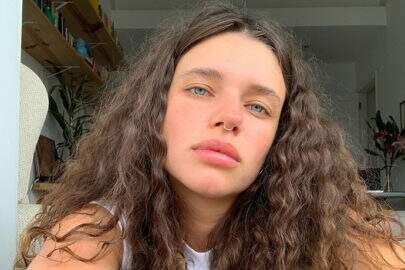 Bruna Linzmeyer posa de calcinha transparente e mostra demais
