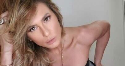 """Com vestido coladíssimo, Lívia Andrade empina bumbum e dispara: """"Ai minha lombar"""""""