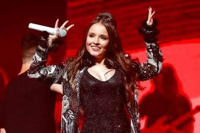 Aos 18 anos, Larissa Manoela usa fralda em show e viraliza